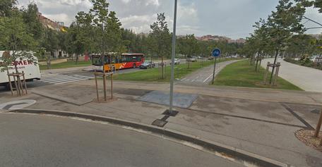Carril bici interruput a la rotonda de la Plaça Celler (Mercadona)