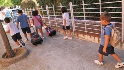 Nens caminant l'últim (o tot) tram a l'escola